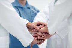 closeup Petit groupe de mains de jointure d'équipe de docteur, Photographie stock