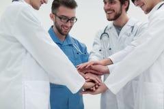 closeup Petit groupe de mains de jointure d'équipe de docteur, Photos stock