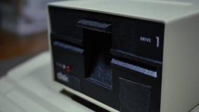 Closeup skjutit sätta in och ta bort 5 drev för diskett 25-inch stock video