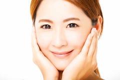 Closeup som ler framsidan för ung kvinna arkivfoton