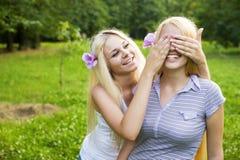 closeup som omfamnar lyckliga nätt tonåringar två Royaltyfria Bilder