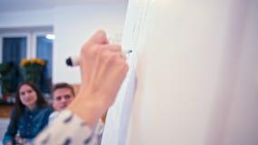 CloseUp som ska räckas med Pen Writing på Paperboard Möte av affärslaget lager videofilmer