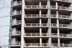 Closeup som skjutas av den oavslutade hyreshusväggen Arkivfoto
