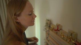Closeup som skjutas av en ung kvinna som förbereder en edvent kalender för jul arkivfilmer