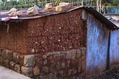 Closeup som skjutas av fattiga indiska hus för en by askfat gammalt naturligt lerahus fotografering för bildbyråer