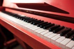 Closeup som skjutas av rött klassiskt piano för tappning; arkivbilder