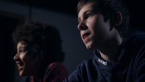 Closeup som skrattar och att tugga hållande ögonen på komedi för gullig pojke stock video
