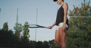 Closeup som slår tennisbollen med spelaren för yrkesmässig kvinna för racket på tennisbanan lager videofilmer