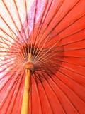 Closeup som strukturen av röda det gamla strandparaplyet gjorde av trä för skyddat solljus royaltyfria foton