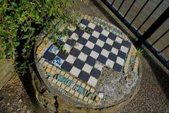 Closeup som tas från en vinkel av den gamla utomhus- schacktabellen som lokaliseras bredvid flodThemsen royaltyfria foton
