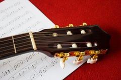 Closeup som trimmar tangenter av den klassiska gitarren Royaltyfri Foto