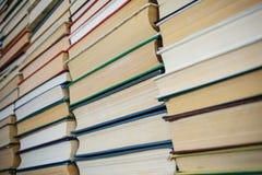 Closeup som väggen av böcker på arkiv bordlägger Arkivfoto