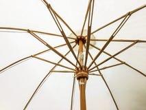Closeup strukturen av det vita strandparaplyet som göras av trä för skyddat solljus royaltyfria bilder
