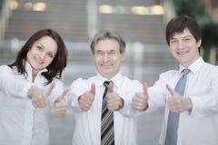 closeup Sustentação bem sucedida da equipe do negócio polegares acima imagens de stock royalty free