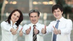 closeup Sustentação bem sucedida da equipe do negócio polegares acima fotos de stock royalty free
