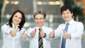 closeup Sustentação bem sucedida da equipe do negócio polegares acima imagem de stock royalty free