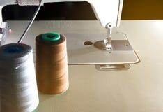 Closeup symaskinen och skeinsna av tråden fotografering för bildbyråer