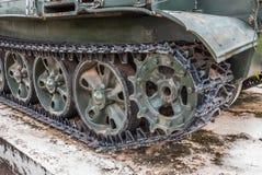 Closeup till crawlsimmaren av den gamla militära behållaren royaltyfria bilder