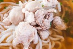 Closeup till den Laos stilnudeln med griskött och köttbullen arkivfoton