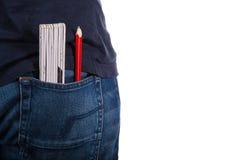 Closeup till jeans med linjalen och blyertspennan Arkivbild