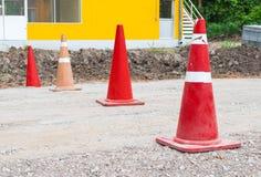 Closeup till många gamla orange trafikkottar i konstruktionsplats Arkivbild