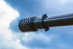 Closeup till spetsen av behållarekanonen på blå himmel fotografering för bildbyråer