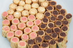 Closeup till vanilj, jordgubben och ljusbrun rullbakgrund för choklad Royaltyfri Fotografi