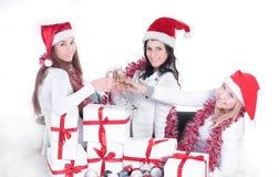 closeup trois jeunes femmes dans des chapeaux de Santa Claus avec Noël Photo stock