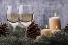 Closeup två exponeringsglas vin och stearinljus nytt år för beröm Royaltyfri Fotografi