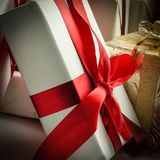 closeup uma variedade de caixas de presente No branco Imagens de Stock