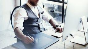 Closeup uppsökt för Working Drawing Digital för grafisk formgivare tabell för skrivbords- dator minnestavla Wood Stilfullt bära f fotografering för bildbyråer