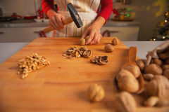 Closeup on young housewife chopping walnuts Royalty Free Stock Photos