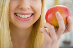 Closeup on young woman holding apple Royalty Free Stock Images