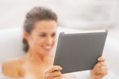 Closeup on young woman using tablet pc in bathtub Royalty Free Stock Photos
