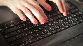 Closeupaffärskvinna som arbetar på bärbara datorn lager videofilmer