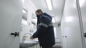 Closeuparbetare i för toalettWash för overaller offentligt hand lager videofilmer
