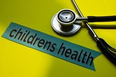 Closeupbarnhälsa med stetoskopbegreppsinspiration på gul bakgrund royaltyfria bilder