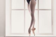 Closeupben av den unga ballerina i pointeskor, balettövning Arkivfoton