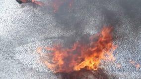 Closeupbensinpöl på brand, brinnande flytande, olycka, krasch lager videofilmer