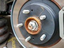 Closeupbild av bilbromsskivan med den lilla biten av rost på metalldelar royaltyfria foton