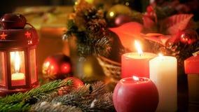 Closeupbild av bränningstearinljus och julpynt på trätabellen Perfekt backgorund för vinterferier och arkivfoton