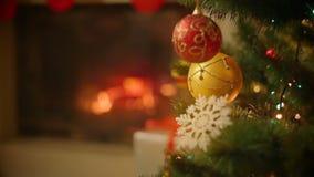 Closeupbild av den härliga dekorerade julgranen framme av den brinnande spisen på huset arkivfilmer