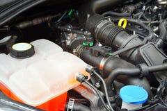 Closeupbild av den nya bilmotorn för 3 cylinder arkivfoton
