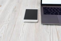 Closeupbild av ett tangentbord med en telefon- och datorbärbar dator t arkivfoton