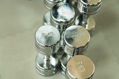 Closeupbild av kromhantlar Fotografering för Bildbyråer