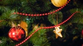 Closeupbilden av julgranen dekorerade vid struntsaker och dekorativa stjärnor royaltyfri bild