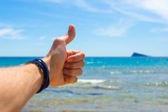 Closeupbilden av mans handen på havsbakgrund Royaltyfri Bild