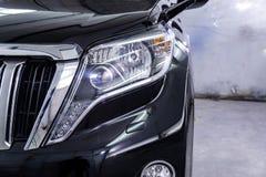Closeupbillampa eller främre billyktapolering arkivfoto