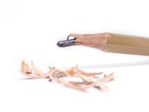 Closeupblyertspenna med en bruten spets på vit bakgrund Arkivbild