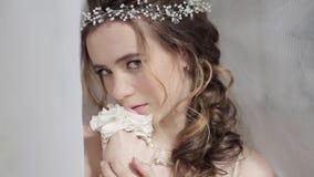 Closeupbrunettbrud med modebröllopfrisyren och makeup stock video